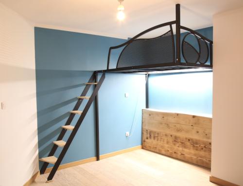 Lit mezzanine acier marche bois avec bardage bois massif.